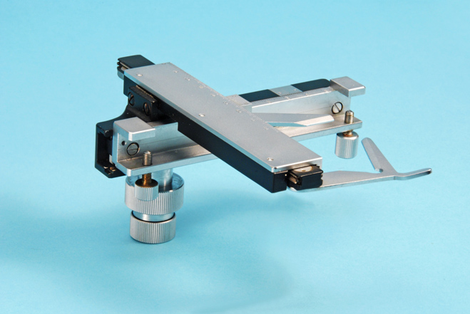 attachable mechanical stage for a microscope